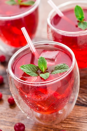 Cranberry cocktail met mint garnering.