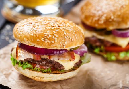 hamburguesa: Hamburguesa deliciosa sobre tabla de madera