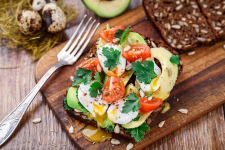 Bruschetta met tomaat, avocado en kwartelsei