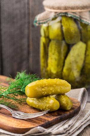 encurtidos: Pickles sobre una tabla de madera