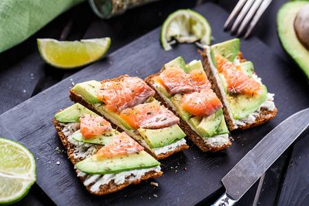 Sandwich met avocado en gerookte zalm Stockfoto