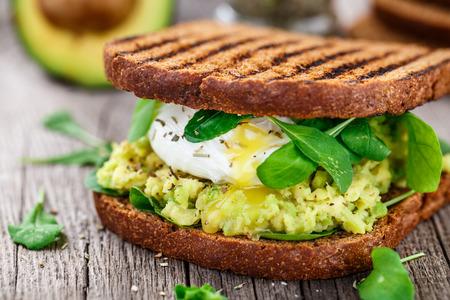 aguacate: Sandwich con aguacate y huevo escalfado
