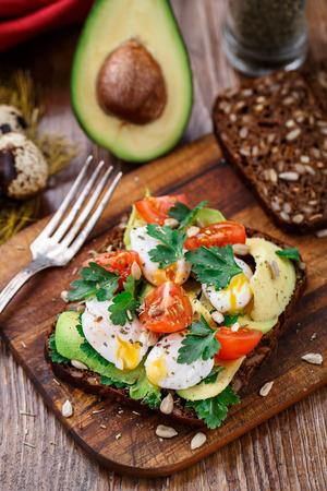 alimentacion sana: Bruschetta con tomate, aguacate y huevo de codorniz