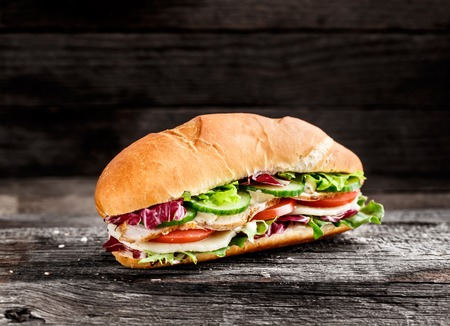 Sandwich Met Kip, Kaas En Groenten Op Een Rustieke Achtergrond