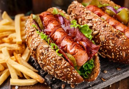perro caliente: Barbacoa parrilla perro caliente con patatas fritas Foto de archivo