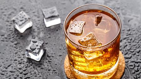 tomando alcohol: bebida alcohólica con hielo en un vaso Foto de archivo