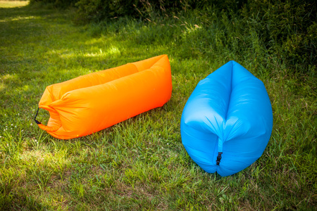 couple on couch: Inflatable sofas