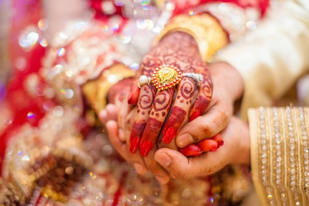 Indian wedding hands with gold 免版税图像