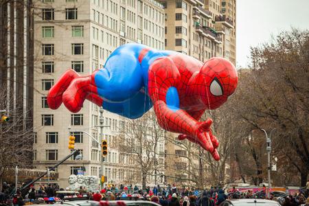 NEW YORK CITY - NOVEMBER 27 2014: de 88e jaarlijkse Macys Thanksgiving Day-parade strekte zich uit van Manhattans Upper West Side naar Herald Square, bekeken door 350.000 toeschouwers.