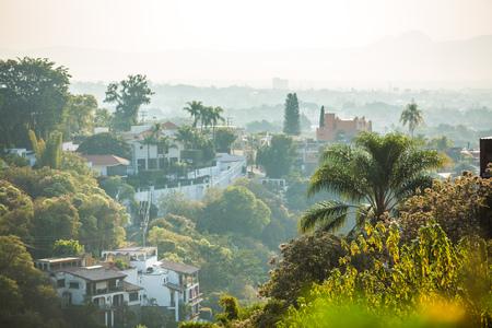 Mooi Cuernavaca-stadslandschap met gekleurde huizen