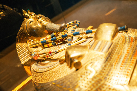 Original gold mask of the pharaoh in museum 스톡 콘텐츠 - 95136590