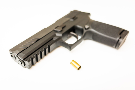 Handgun with ammo rounds and smoke coming out after a shoot Banque d'images