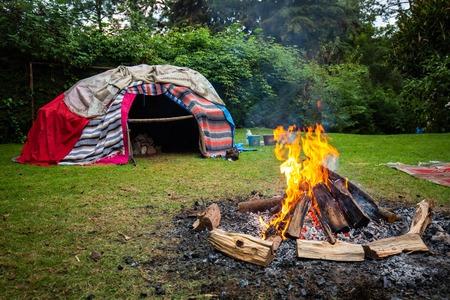 Sudation traditionnelle indigène avec des pierres chaudes à l'intérieur Banque d'images