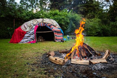 Sudation traditionnelle indigène avec des pierres chaudes à l'intérieur