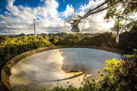 Grand plat de radiotélescope dans l'observatoire national d'Arecibo