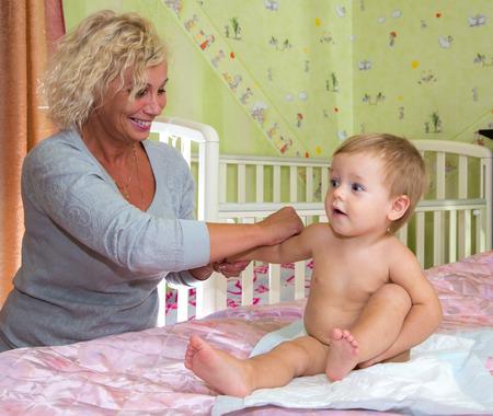 massage enfant: Massage pour b�b� � la maison Banque d'images