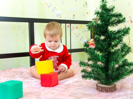 yetenekli: Yetenekli küçük çocuk plastik tuğla yeni yıl kule inşa