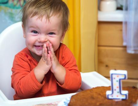 Счастливый мальчик празднует свой первый день рождения Фото со стока