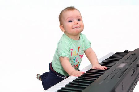 prodigy: Mały zabawny chłopak gra elektryczny fortepian