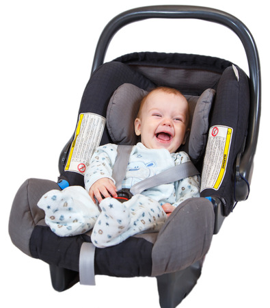 asiento coche: Beb� contenta que se sienta en el asiento del coche Foto de archivo