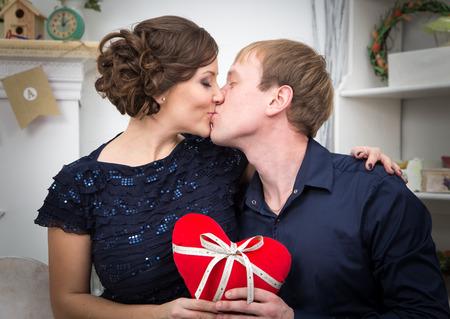 enamorados besandose: Dos amantes que se besan