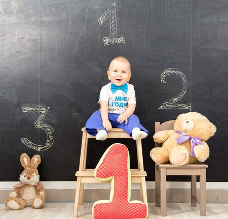 first place: Feliz muchacho de un año ocupa el primer lugar en el podio Foto de archivo