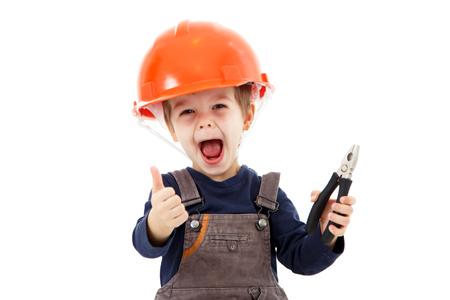 Маленький счастливый ремонтник в каске с плоскогубцами показывают большой палец вверх на белом Фото со стока