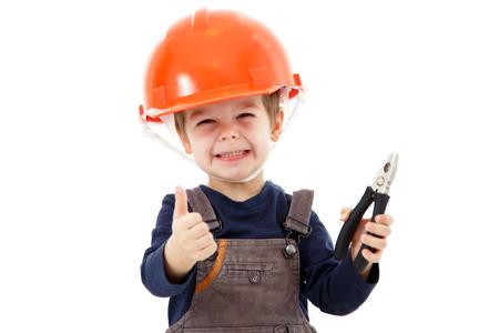 Маленький ремонтник в каске с плоскогубцами показывают большой палец вверх на белом