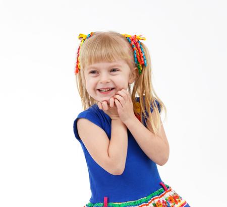 Portret zadowolony Little blond dziewczyna z dwoma ogonami na białym tle Zdjęcie Seryjne