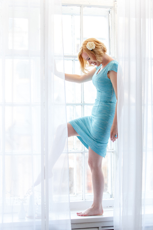Romantyczny portret przetargu pani stoi za białymi zasłonami Zdjęcie Seryjne