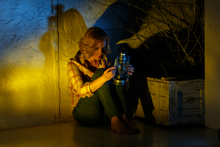 Молодые женщины исследователь держит волшебный фонарь в фантазии месте