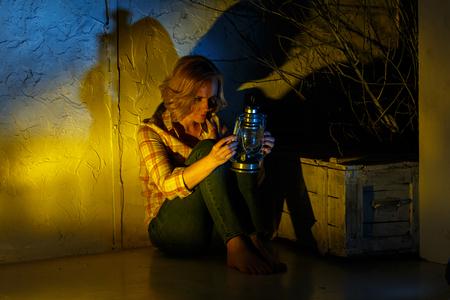 Młode samice Explorer posiadających magiczną latarnię w Fantasy miejscu Zdjęcie Seryjne