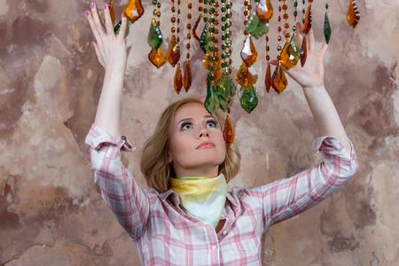 Mysteus молодая женщина делает ритуал с ее волшебными камнями Фото со стока