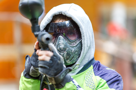 Cool paintball player aiming in camera. Closeup. Banque d'images