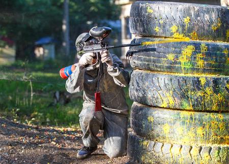 Strzał z pistoletu paintball. Latanie piłkę zadymienia spalin z tyłu.