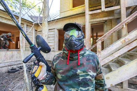 paintball gracz dostaje farby headshot podczas oblężenia twierdzy.