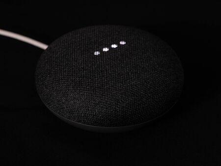 smart home speaker nest device illuminated on dark black background Standard-Bild