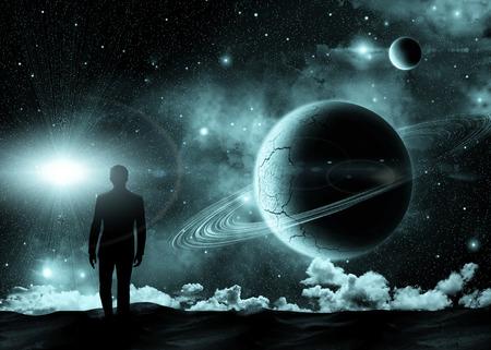 kosmos: Mann, der auf dem Hintergrund der kosmischen Landschaft