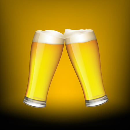 vasos de cerveza: Dos vasos de cerveza en el fondo oscuro