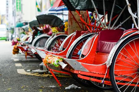 Vintage Trishaw stopt naast de weg voor de servicereiziger Stockfoto - 74480018