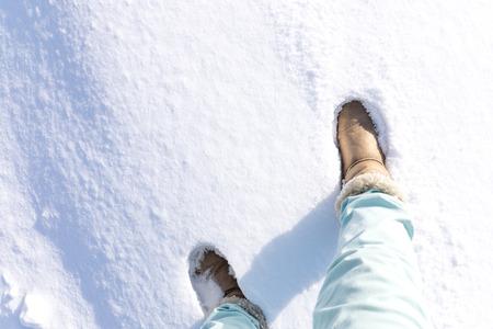 rodamiento: Botas pisan la nieve en polvo en Japón