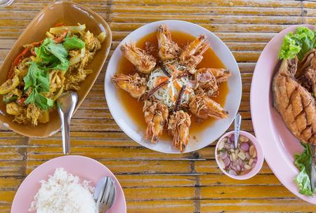 plato de pescado: Mariscos estilo tailandés con arroz en la mesa de madera Foto de archivo