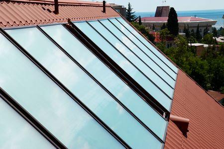 toiture maison: Panneaux solaires (geliosystem) sur le toit de la maison.