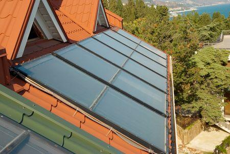 toiture maison: Alternative �nerg�tique du syst�me solaire sur le toit de la maison. Banque d'images