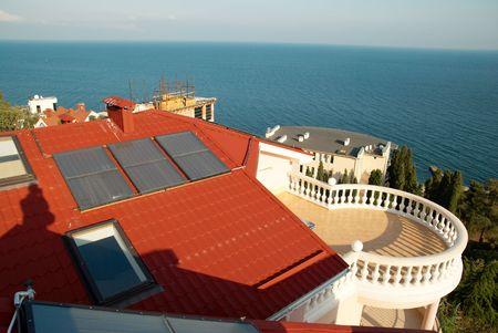 toiture maison: D'�nergie de remplacement du syst�me solaire sur le toit de la maison. Banque d'images