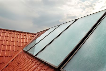 toiture maison: Panneau solaire (geliosystem) sur le toit de la maison.