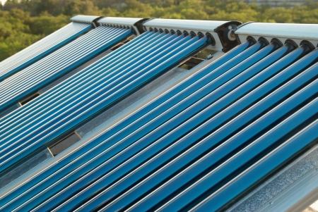 cobradores: Vac�o del sistema de calefacci�n de agua solares en el techo de la casa. Foto de archivo