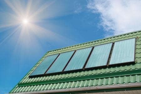 cobradores: Sistema de calentamiento solar de agua en el techo. Foto de archivo