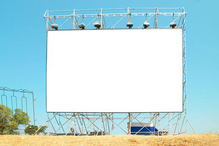 affichage publicitaire: Vide panneau d'affichage avec le fond de ciel bleu Banque d'images