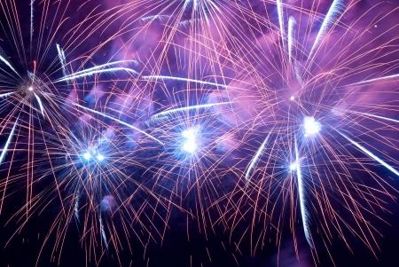 fuegos artificiales: Fuegos artificiales, saludamos con el fondo negro cielo
